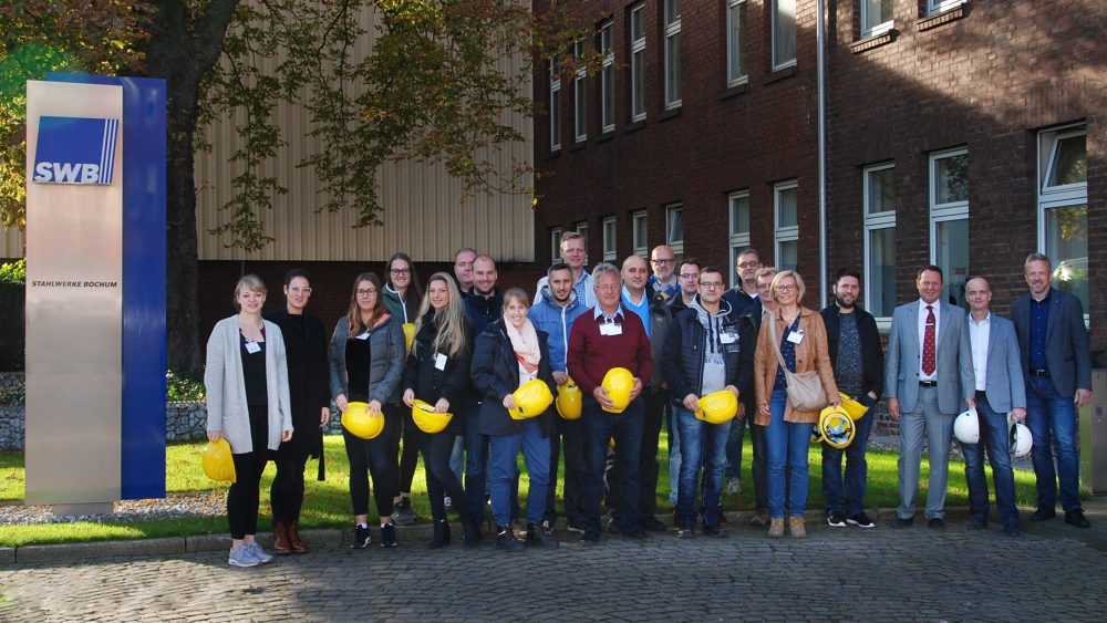 Gruppenfoto der Seminarteilnehmer/-innen BDSV-Stahlrecycling vor der SWB-Verwaltung