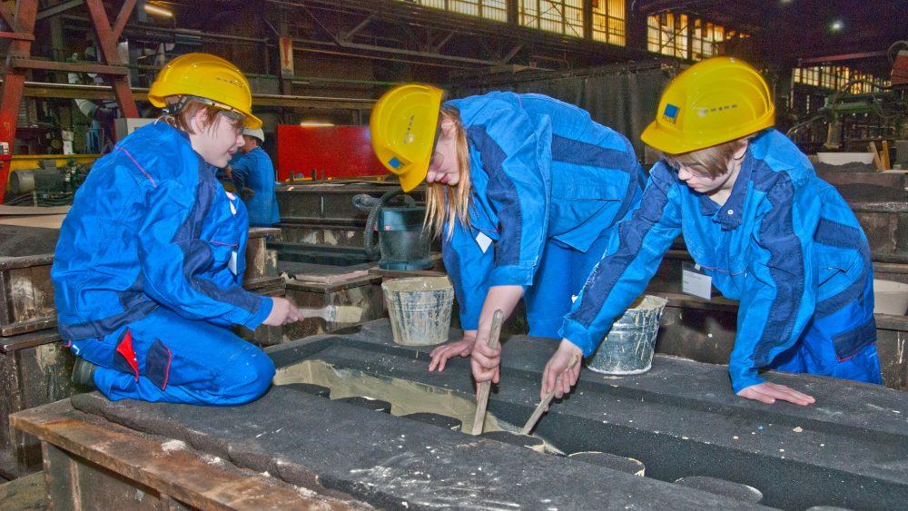 Teilnehmerinnen des Girls' Day 2019 bei der Stahlwerke Bochum GmbH arbeiten an einer Gießform