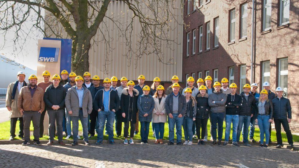 Foto zeigt Teilnehmer/-innen des BDSV Seminars Stahlrecycling zu Besuch bei der Stahlwerke Bochum GmbH am 01.04.2019