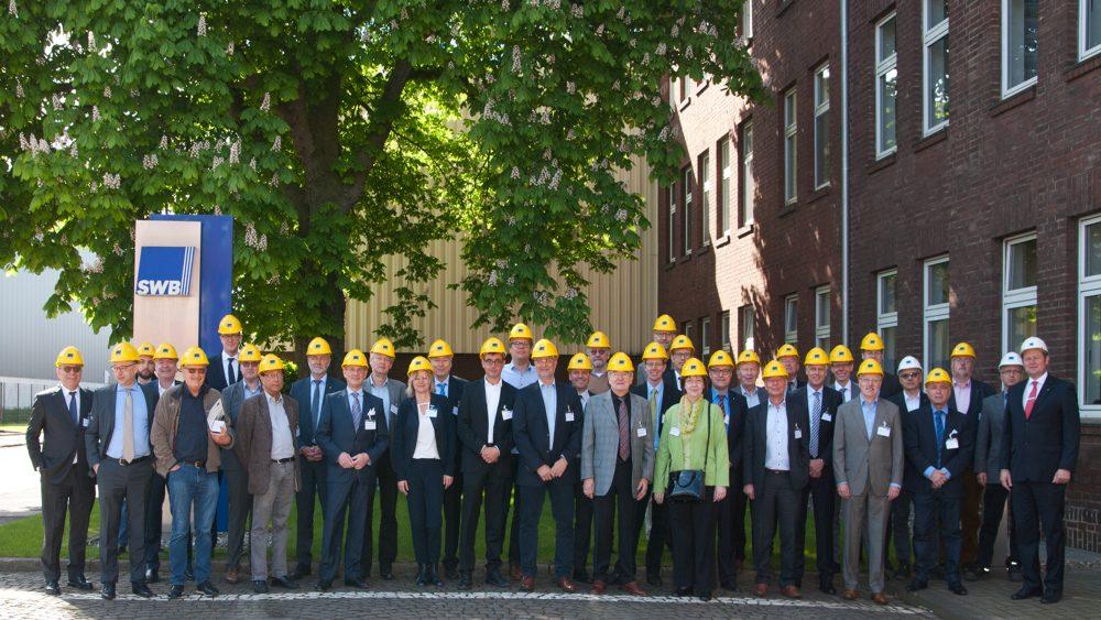 Besuchergruppe Wirtschaftsrat mit Helm vor der Besichtigung der Stahlwerke Bochum GmbH