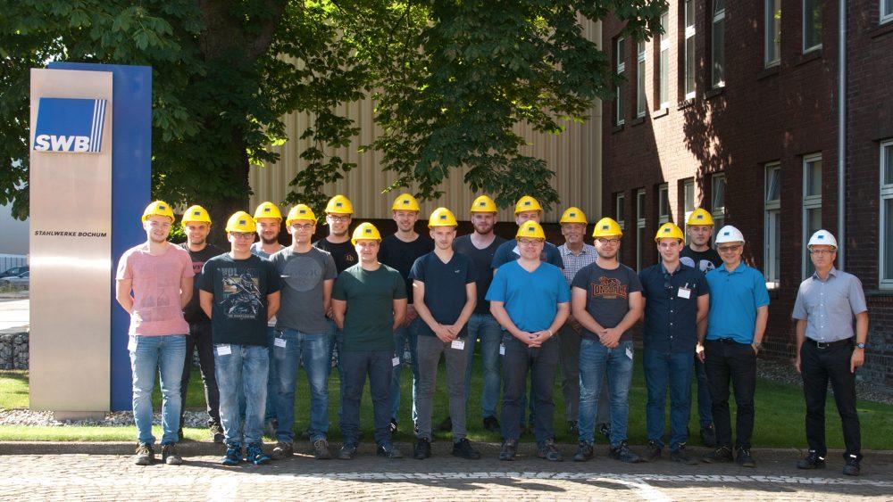 Besuchergruppe Kinzig-Schule vor der SWB-Verwaltung