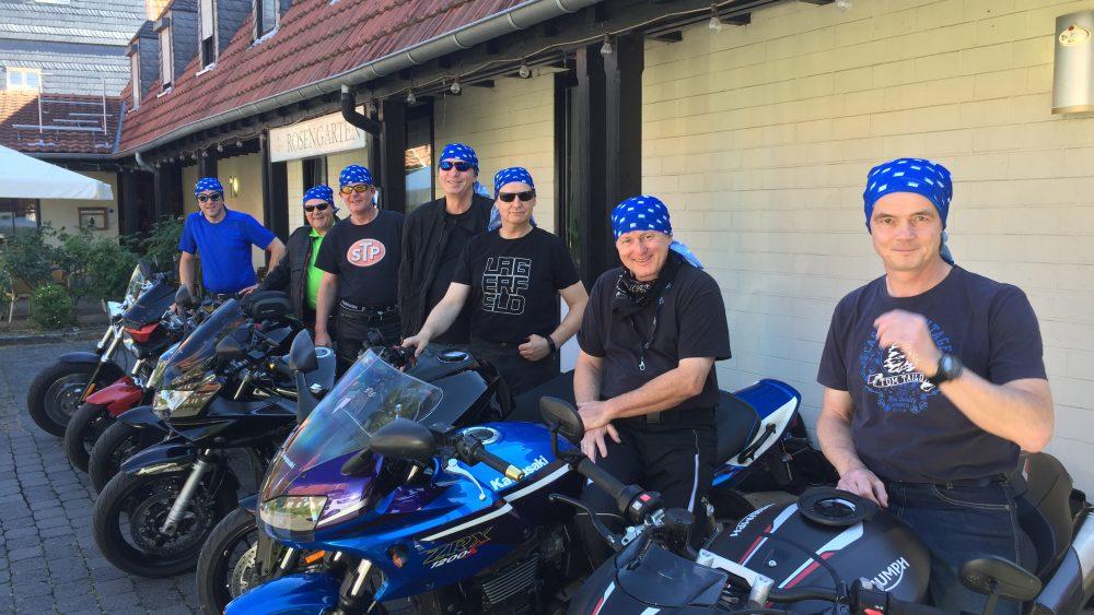 Teilnehmer der SWB-Motorradtour mit ihren Maschinen