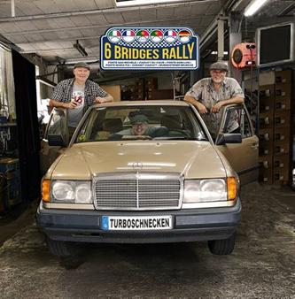 Powered by SWB - unterstützt von SWB -Bild zeigt das Team Turboschnecken der 6 Bridges Rally mit ihrem Fahrzeug